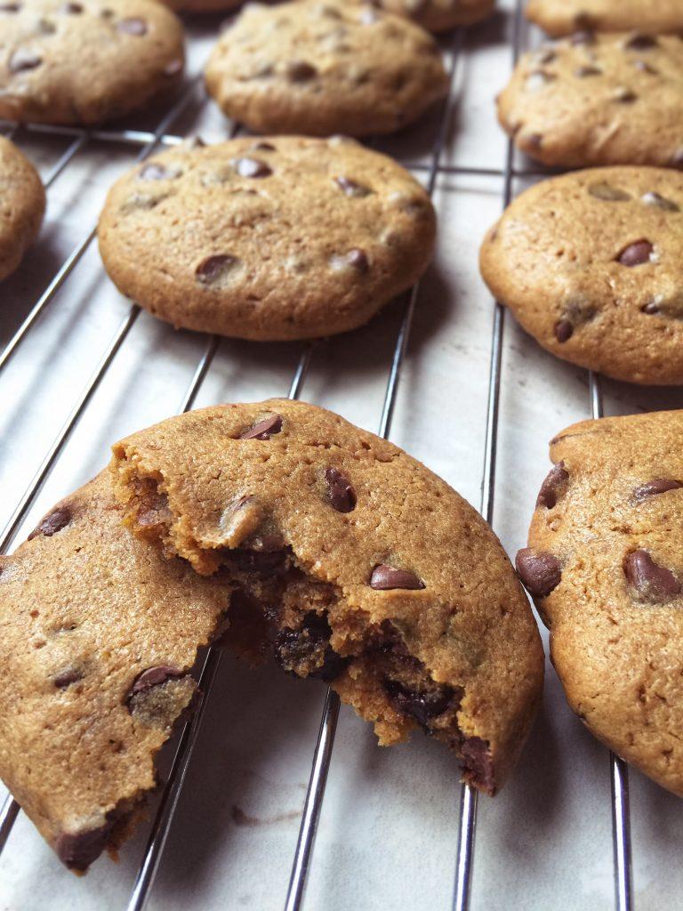 Galletas con chispas de chocolate con harina de garbanzo sin gluten ni azúcar refinada